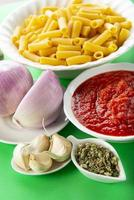 ingredientes para cozinhar macarrão tortiglioni à bolonhesa foto
