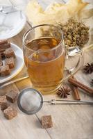 chá quente de camomila feito de flores silvestres foto