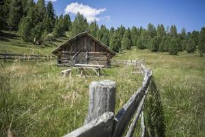 velha cabana de madeira nos Alpes austríacos foto