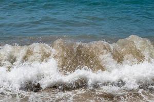 mar limpo e ondas na costa no verão foto