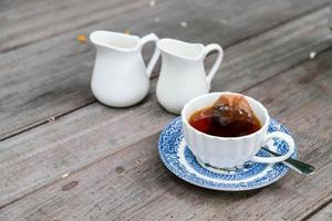 chá inglês na mesa de madeira foto