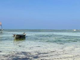 velho barco de pesca de madeira na costa do oceano ou na praia. foto