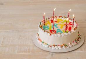 bolo de feliz aniversário na mesa foto