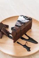 bolo de chocolate no prato de madeira foto