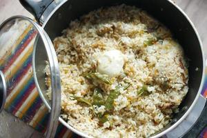 refeição biryani de carneiro em um prato na mesa. foto