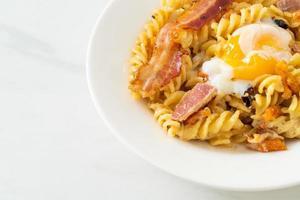 Bacon picante de macarrão fusilli carbonara - comida italiana foto