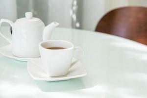 xícara de chá quente na mesa foto