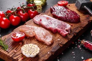 suculento bife de vaca, porco e frango foto