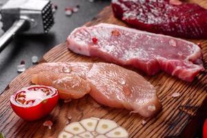suculento bife de vaca, porco e frango com legumes foto