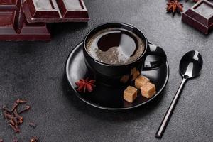 uma xícara de café fresco e perfumado da manhã para um começo de dia alegre foto
