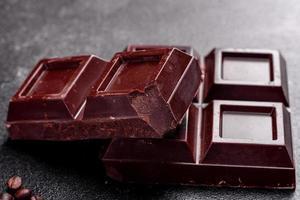 pedaços de chocolate preto delicioso perfumado foto