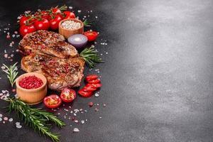 Bife suculento com osso fresco e delicioso foto