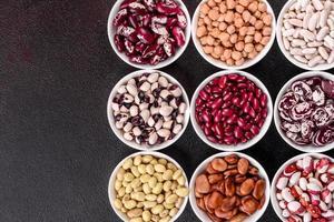 seleção de alimentos saudáveis de leguminosas em pratos de porcelana branca foto