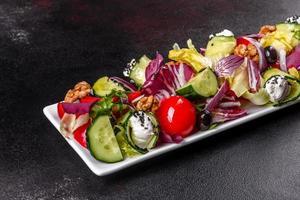 salada saudável com tomate cereja, azeitonas orgânicas foto