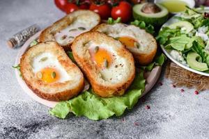 delicioso café da manhã com grunhidos, ovos, abacate e tomate cereja foto