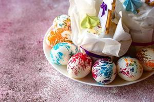 ovos de páscoa multicoloridos e brilhantes com tortas de páscoa foto