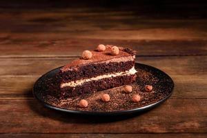 um pedaço de bolo de chocolate delicioso com frutas vermelhas foto