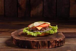 saboroso hambúrguer caseiro grelhado com carne, tomate, queijo foto