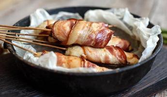 rolo com bacon e frango picado em um guisado com aspargos frescos foto