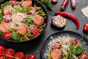deliciosa massa fresca com almôndegas, molho, tomate cereja e manjericão foto