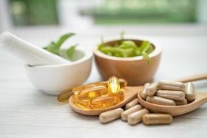 cápsula de ervas orgânicas de medicina alternativa com vitamina e ômega 3 foto