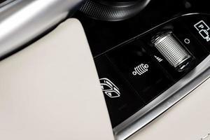 botões de controle de mídia e navegação de um carro moderno foto