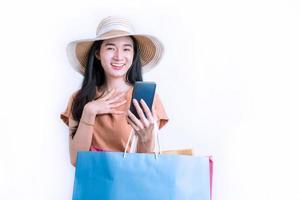 mulher asiática feliz por fazer compras online. foto