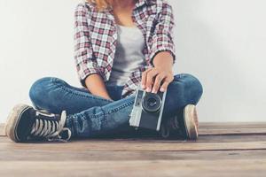 mulher jovem fotógrafo hippie tirando foto e olhando para a câmera