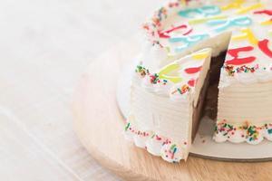 feliz aniversário bolo de sorvete na mesa foto