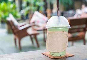 leite chá verde frappe em café foto