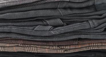 pilhas de roupas em fundo branco foto