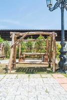 antigo banco de madeira decoração ao ar livre foto