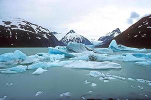 icebergs em um lago glacial foto