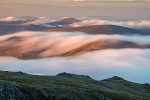 montanhas rochosas com nevoeiro foto