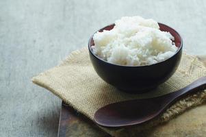 arroz a vapor na tigela foto