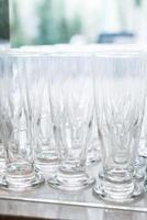 muitos copos vazios em uma fila foto