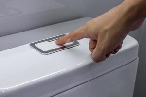 pressione a mão e lave no banheiro. foto