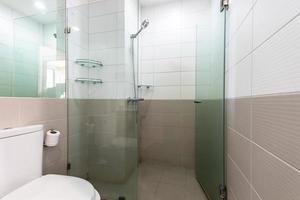 banheiro branco no apartamento foto