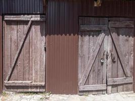 a porta e o portão de um grande celeiro, fechado com cadeado foto