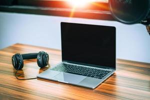 tecnologia de computador portátil no conceito de trabalho em casa de escritório em casa foto