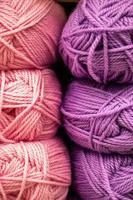 muitos novelos de lã para tricô. foto