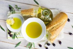 azeite virgem extra com pão foto