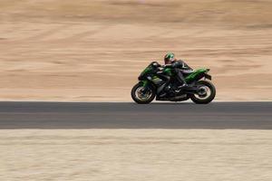 competição de motocicleta em uma pista de corrida em um dia de treinamento foto