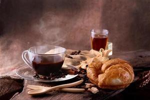 café da manhã café quente com mel e croissant foto