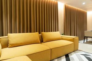 sofá vazio de mostarda dourada na sala de estar foto