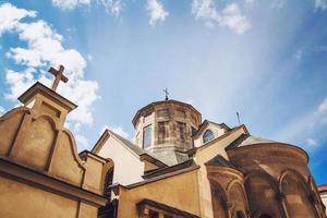 imagem do conceito de religião da igreja. igreja com fundo de céu azul foto