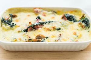 lasanha de espinafre em prato branco - comida italiana foto