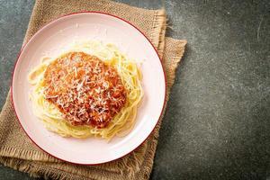 espaguete de porco à bolonhesa com queijo parmesão - comida italiana foto