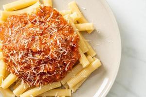 macarrão rigatoni com molho de porco à bolonhesa - comida italiana foto