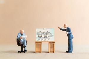 empresários olhando para o gráfico do analista no fundo da tela foto